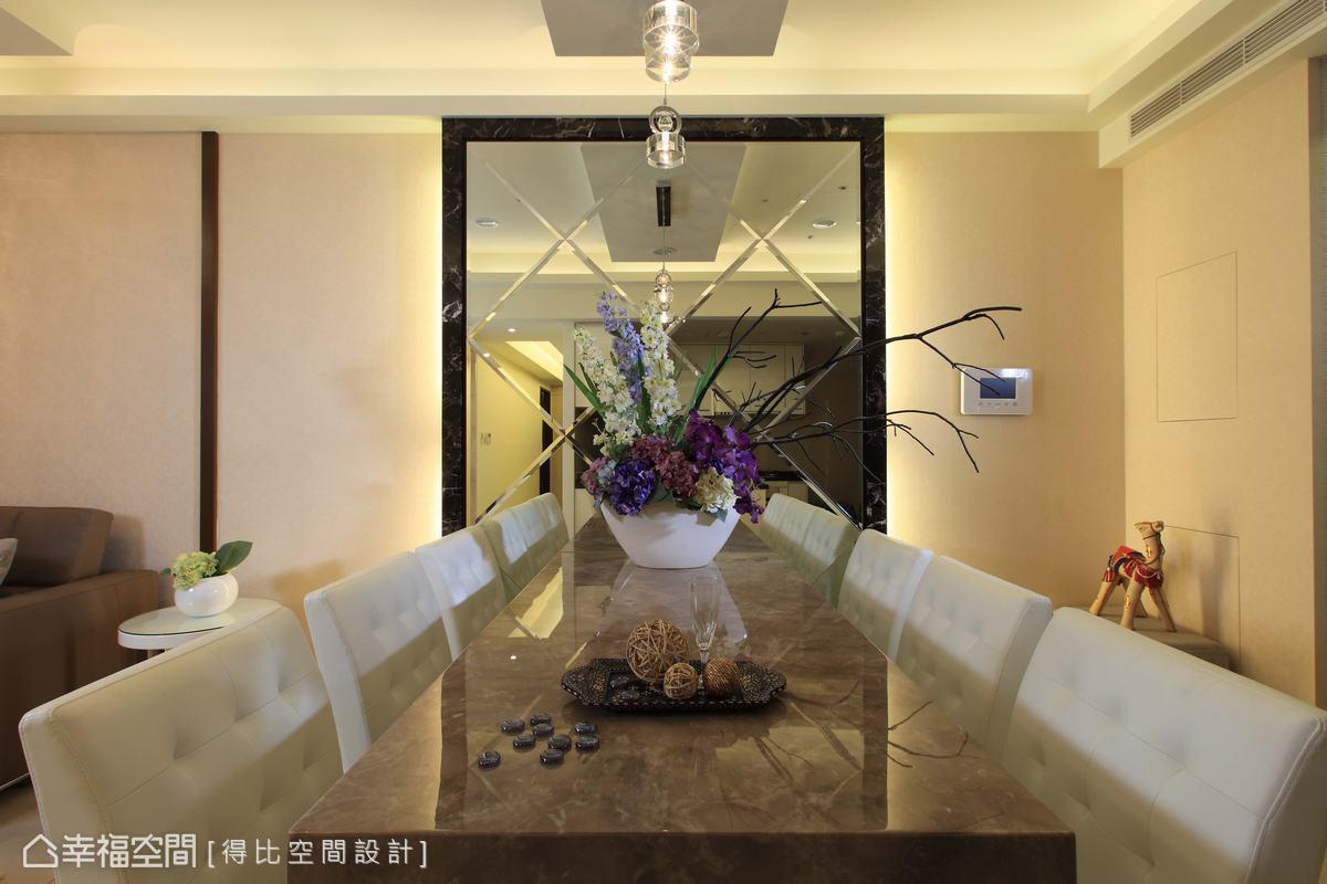 餐廳搭配六人使用的大餐桌以及鑽雕明鏡,不但適時調和家人期待的華麗感,也延伸空間達放大之效。