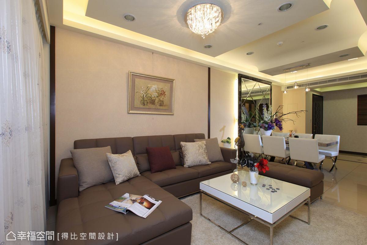 淡色系壁紙的背景前,搭配大地色沙發,穩定視覺構圖。