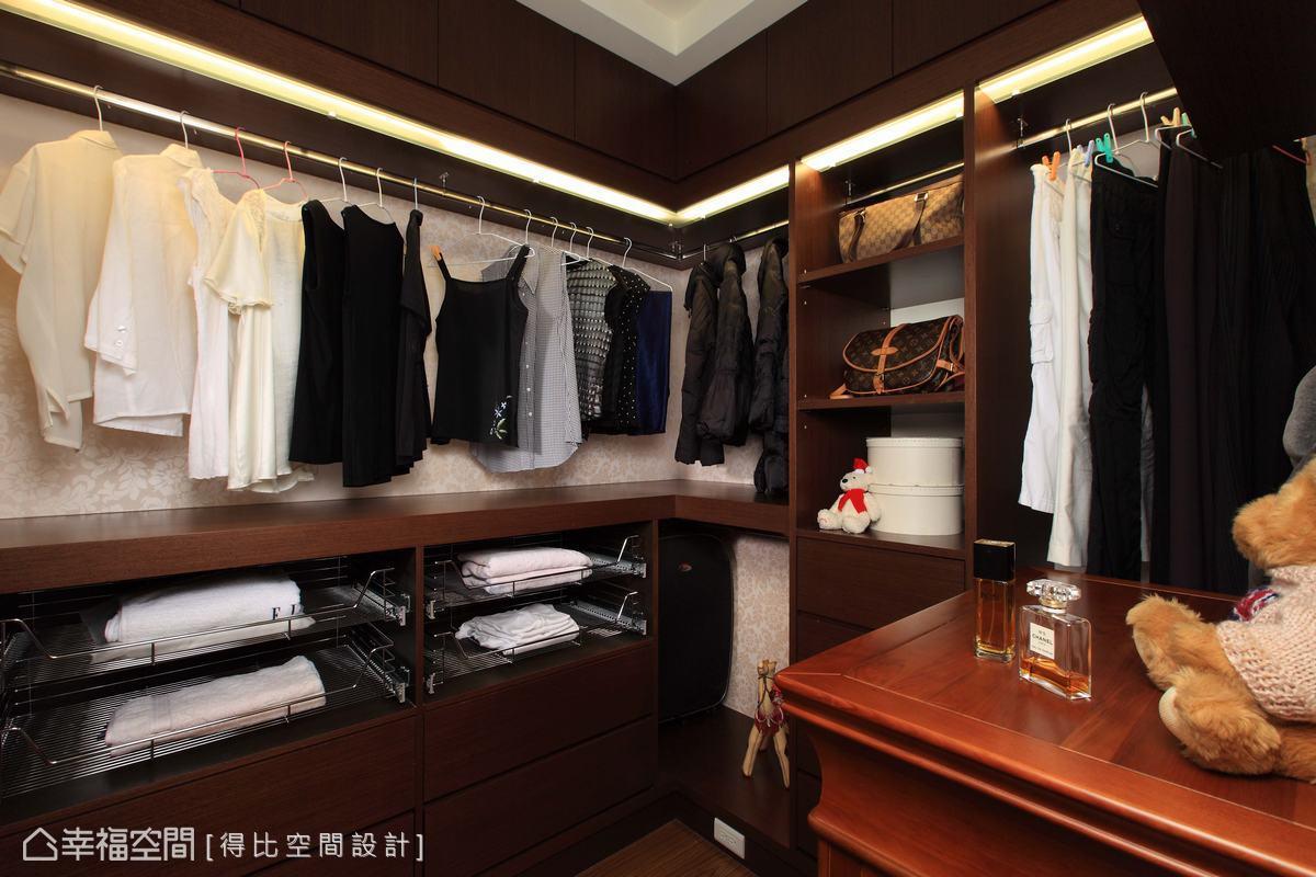衣帽間以精品櫃的設計概念打造,掛衣桿上方藏有燈光,在深色木皮的環繞下,增添時尚力度。