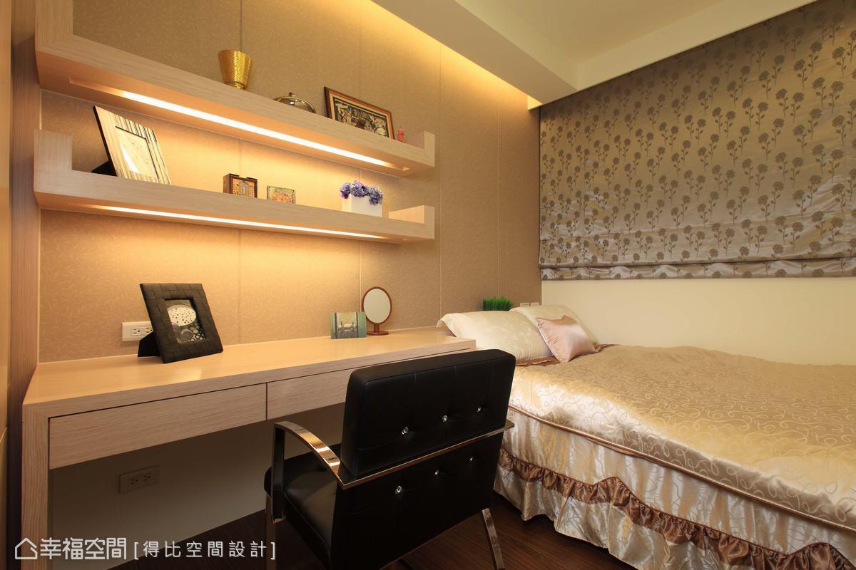 書架藏有照明設備,除了是房間的裝飾元素,也能加強閱讀光線。
