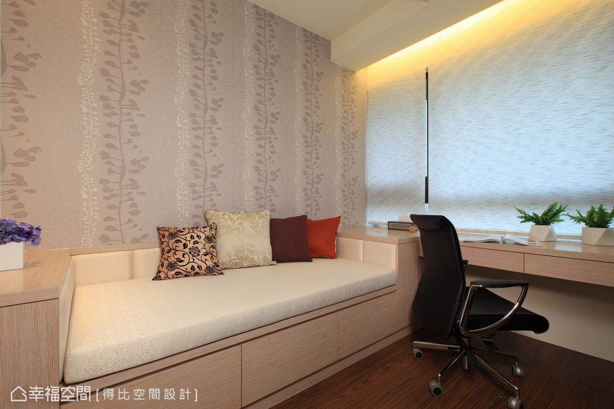 小孩長時間待在國外,書房規劃有單人床尺寸的坐榻,回台灣可以短暫居住。