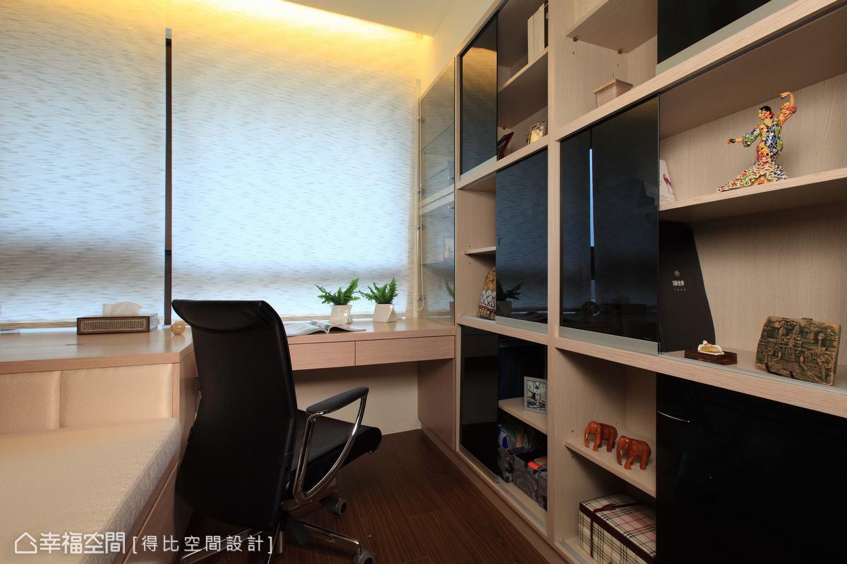 書櫃搭配橫拉式墨鏡,使用者可以自行調整門片位置。