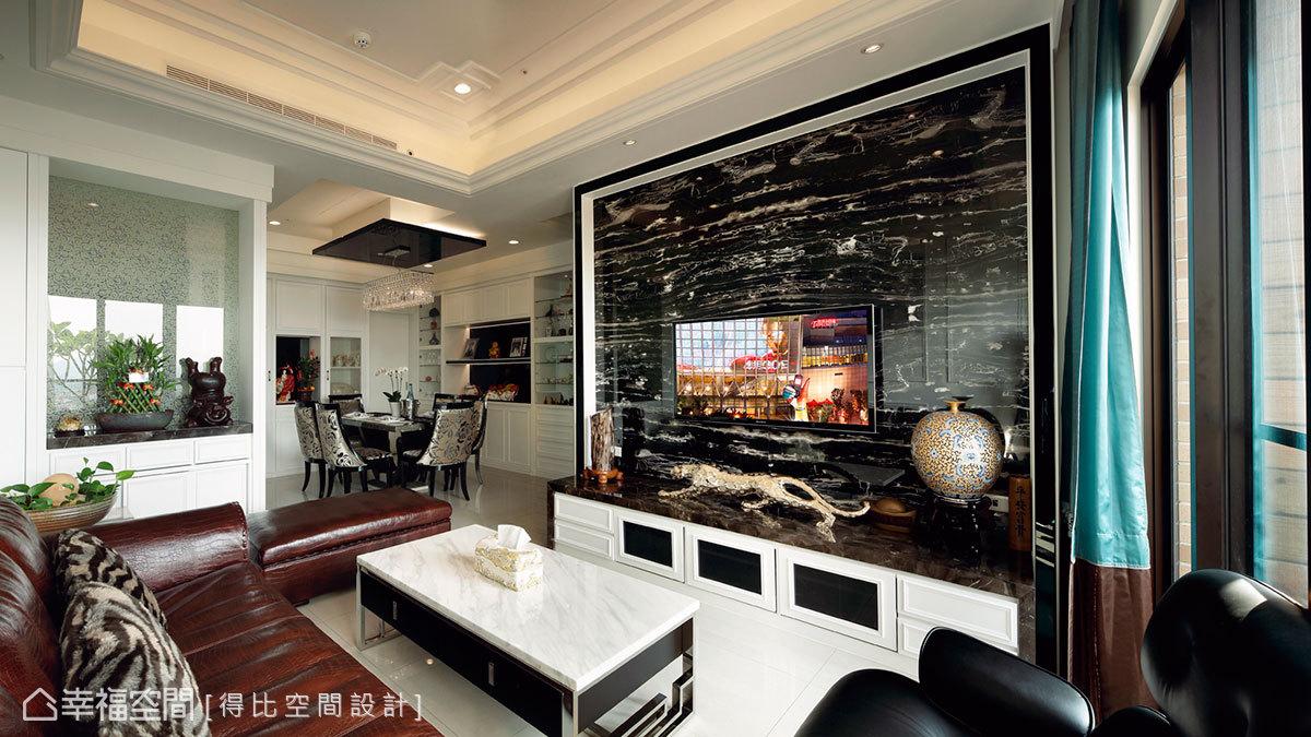 橫向紋的銀白龍大理石電視牆增添空間華麗尺度。