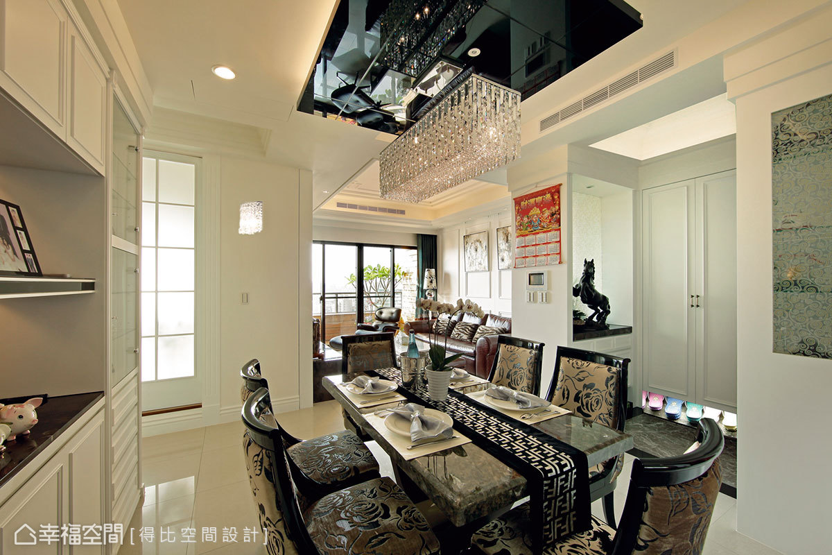 結構樑以黑鏡造型天花與間照去化,並鏡射珠簾水晶燈的華麗層次。