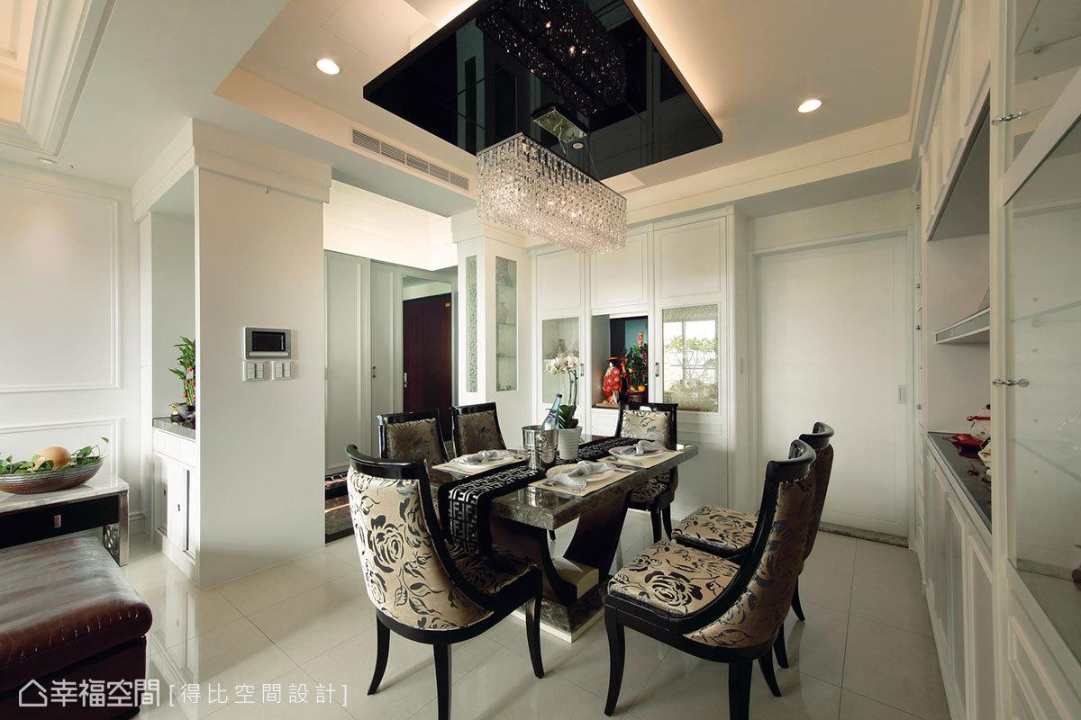設計師採烤漆美背手法簡單修飾隱身牆面的廚房門片。