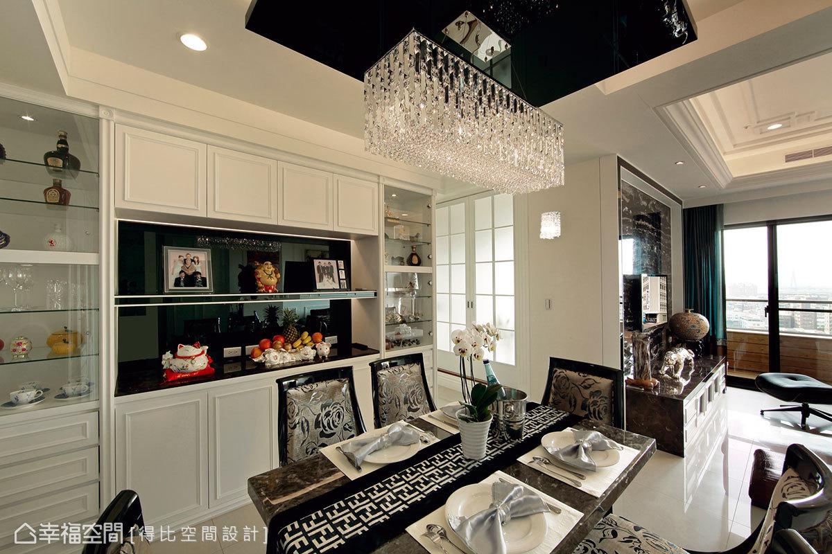 屋主收集的藝品珍藏,展示收納於銀絲夾紗玻璃透光展示櫃內。