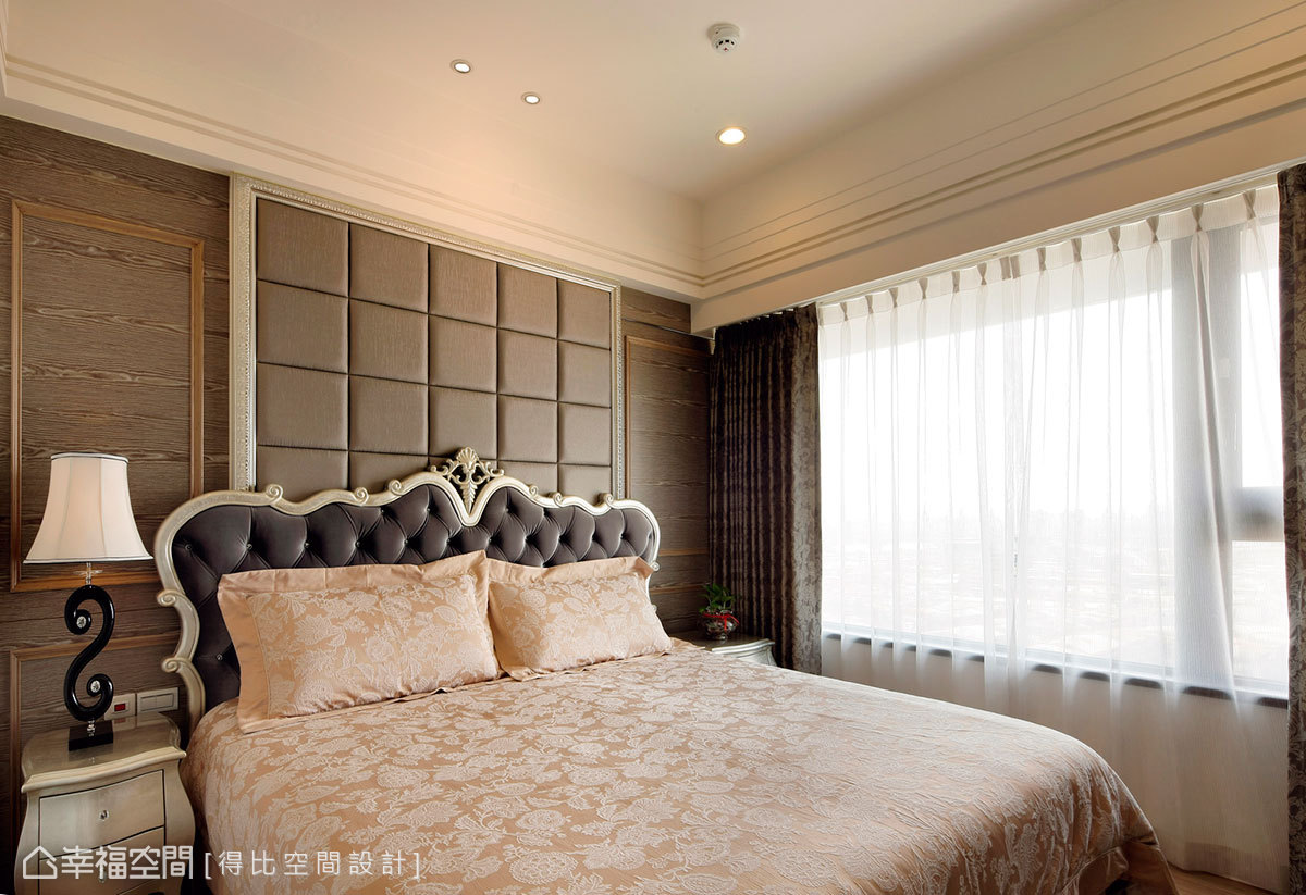 繃皮造型牆面隱藏床頭窗戶,活動式設計保留調整室內光源的彈性空間。