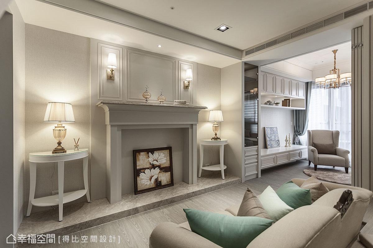 以線板和法國邊打造出壁爐式造型,透過相同元素與主臥櫥櫃相串聯,形成無限延伸感;搭配金色燈具和大理石階面,提升空間奢華感。
