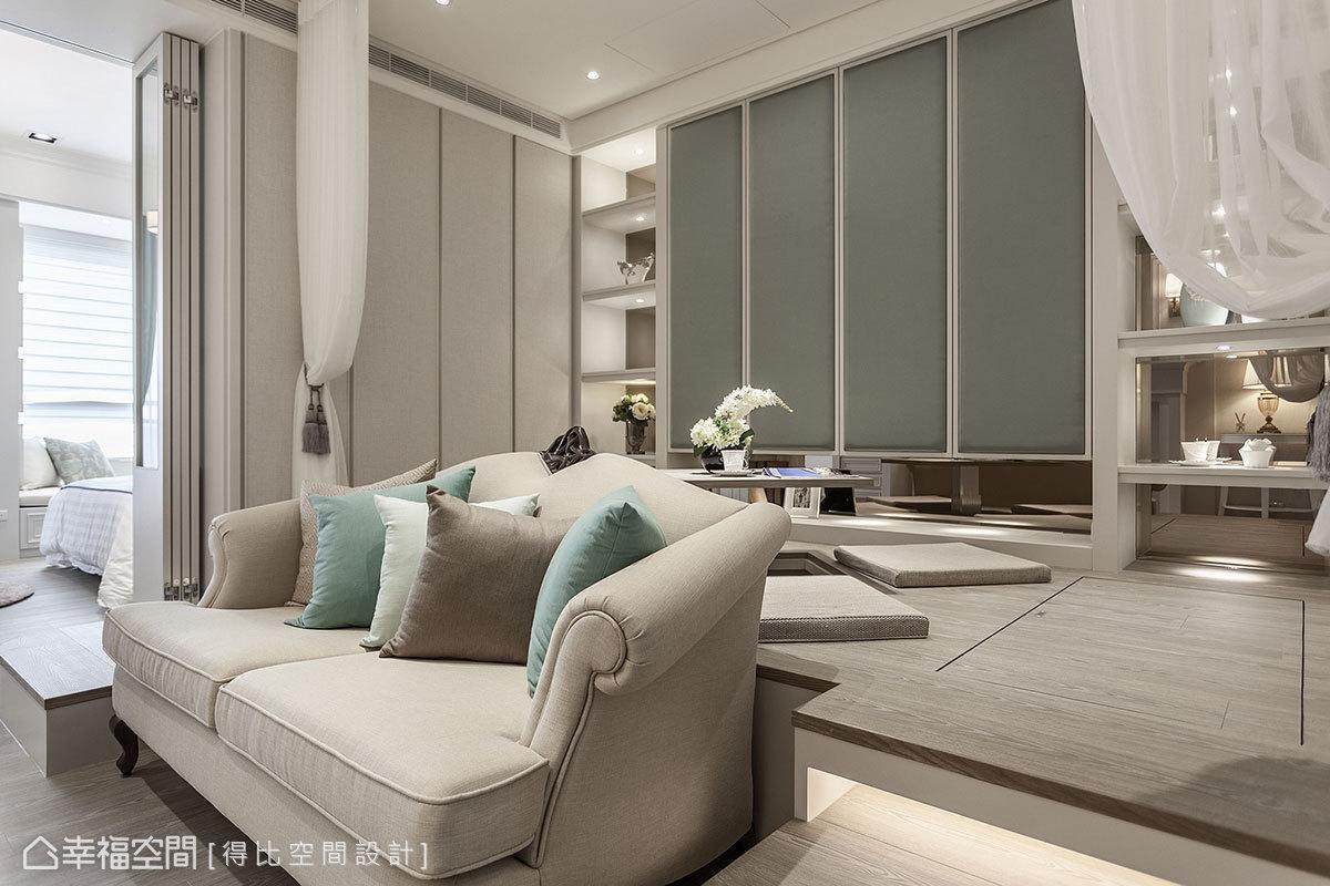 利用地坪的高低落差,設置上掀式收納櫃;善用兩旁台階面形成的畸零地,成功嵌入客廳的雙人沙發。
