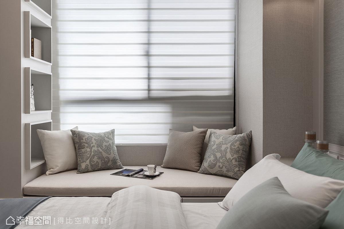 善用樑柱之間產生的畸零地,沿著窗邊規劃舒適的臥榻區,為空間注入自然休閒的氛圍。