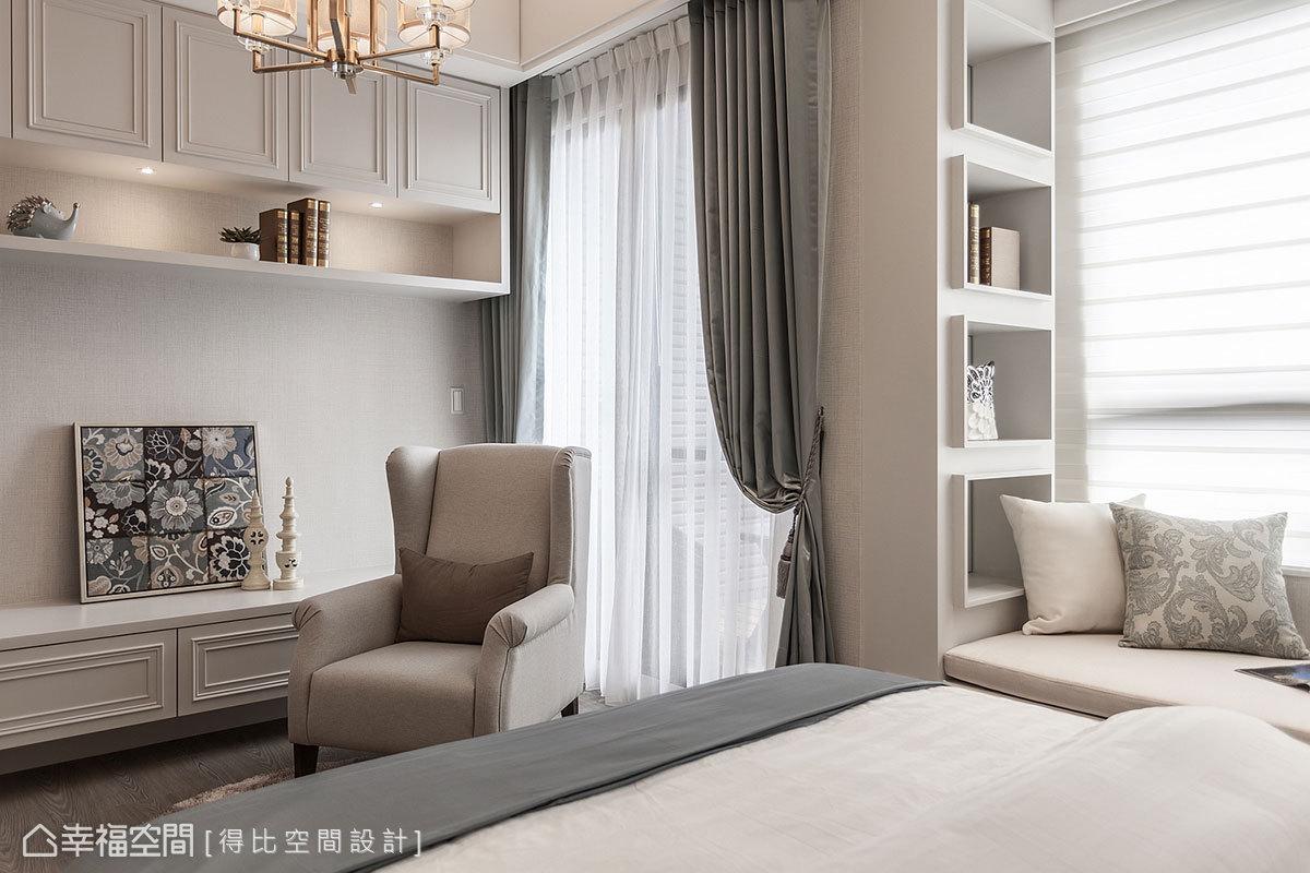電視牆刻意規劃矮櫃,可攤開擺放行李箱直接進行整理,仿造出精品飯店的機能設計,提升生活方便性。