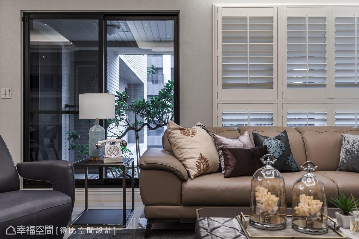 得比空間設計採L型進口百葉窗鋪敘,烘托設計完整性外,亦巧手遮蔽室外樓景,以提升住戶隱私。
