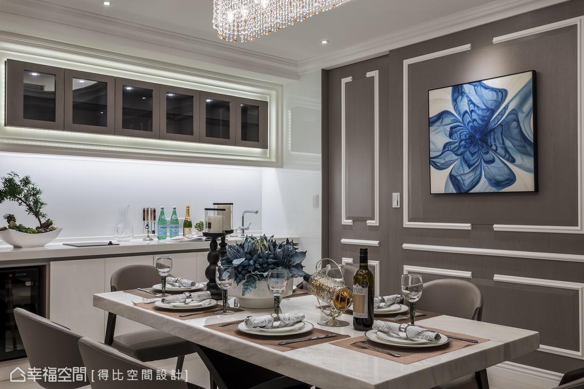 於餐廳左側安排備餐檯,並透過隱藏式燈光奠定空間質感,更於左側嵌入恆溫紅酒櫃,完善居家實用機能提升生活品質。