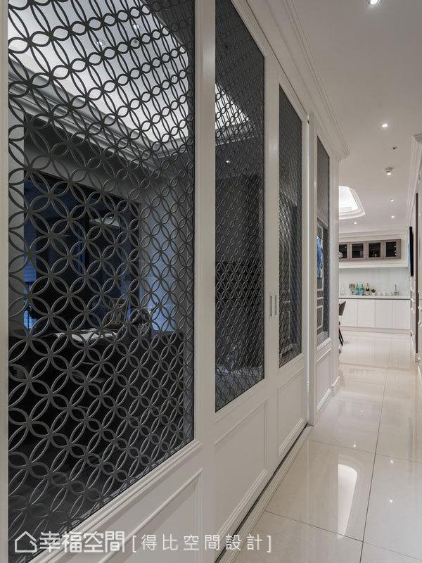 書房隔間以活動式拉門設計,並透過鏤空窗花造型打造穿透視感,順勢將露臺採光引入長廊,成功消弭場域狹隘的疑慮。