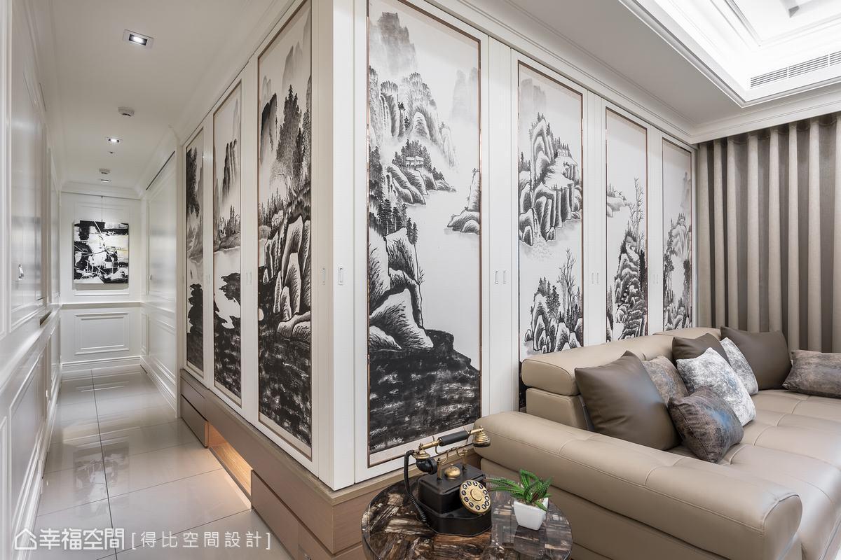 客廳後方規劃半開放和室,保留視覺互動效果,並將屋主作品應用於室內陳設中,運用國畫拉門形塑居家最顯眼的風景。