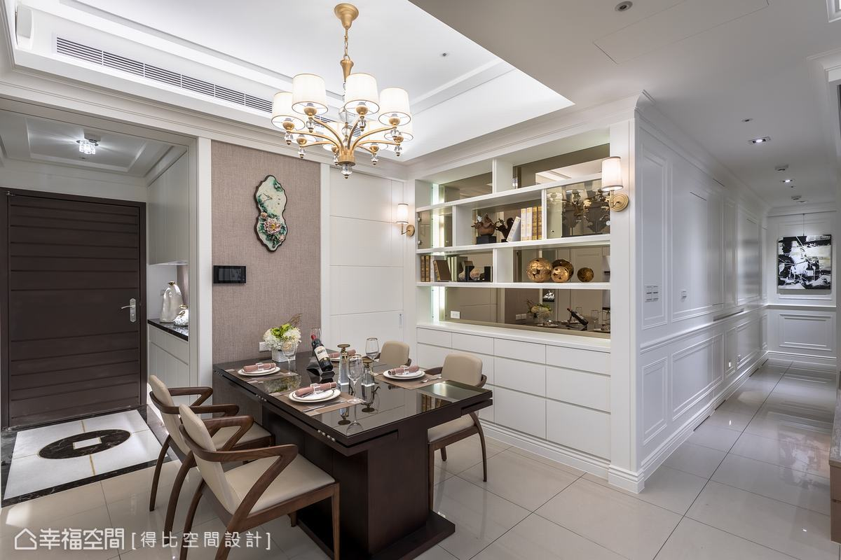 虛實交錯的餐廳背牆,運用鏡面、燈光及層板圍塑精品級展示櫃,讓美型與實用機能兼具且相輔相成。