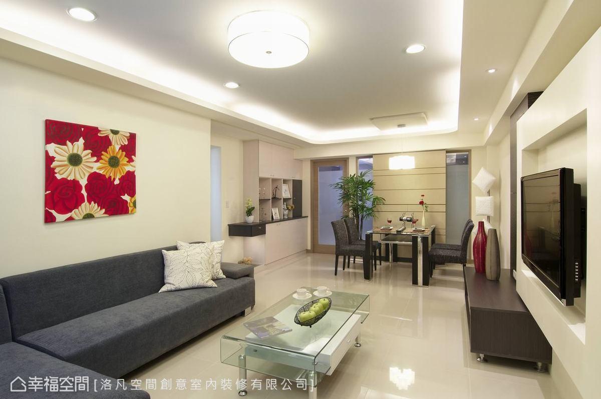 進入室內,節約下的玄關機能,在客廳延展出大尺度電視主牆,馬來漆面材質施作簡化了清潔、維護擦拭。