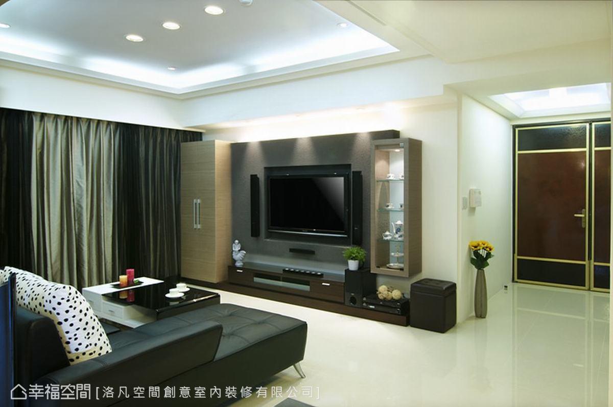 牆面多予以留白,強調簡約乾淨的空間感,並利用電視牆退縮角落,放置穿鞋椅。