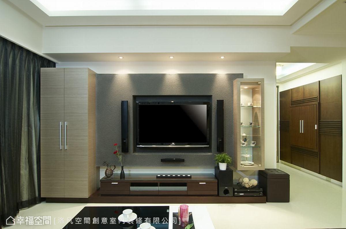 不對稱的電視牆造型,左右各結合置物櫃、精品展示的功能,形塑出空間的視覺焦點。
