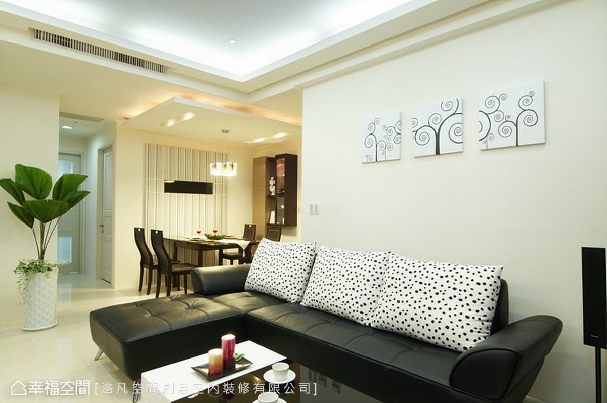 大幅留白的背景,搭配黑色皮革沙發,增添年輕人喜愛的簡單質感。
