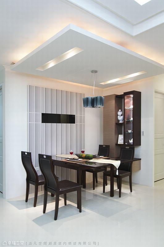 餐敘空間除了有主燈造型,天花板佐以光源的安排,也讓用餐空間更具氛圍。