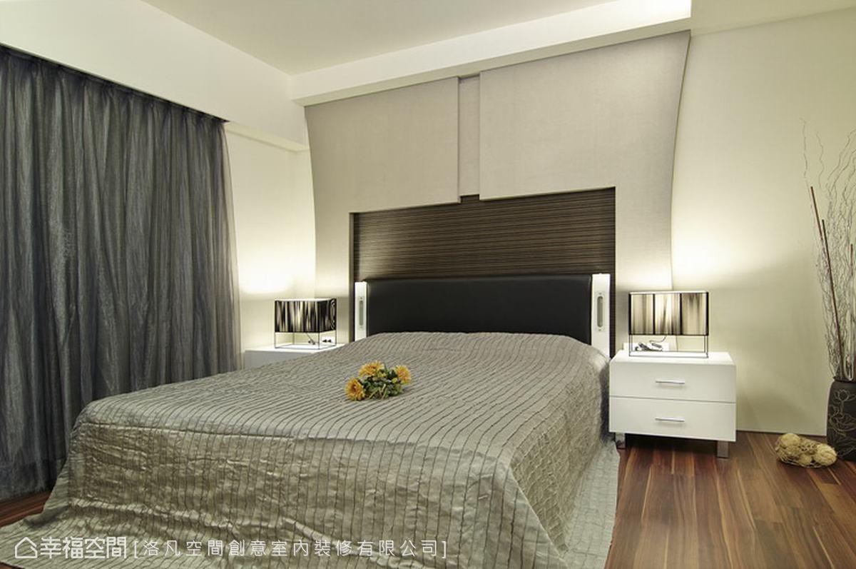 床頭木作造型在兩側以弧形修飾,搭配對稱的同款床頭櫃、檯燈,表現出簡約時尚的設計品味。