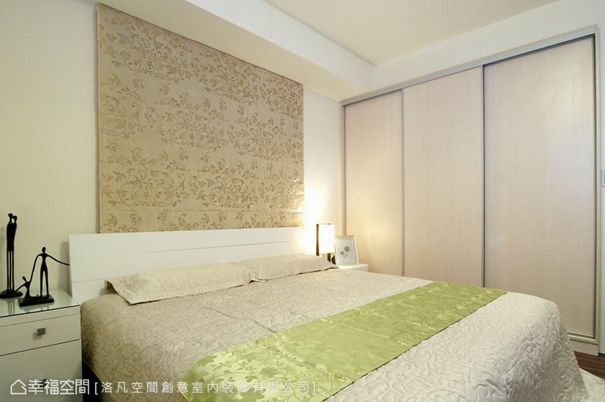 由於房子有三面採光,因此設計師貼心在床頭臨窗之處,搭配一款花紋羅馬簾,不但可作為床頭裝飾,也增加睡眠時的安定感。