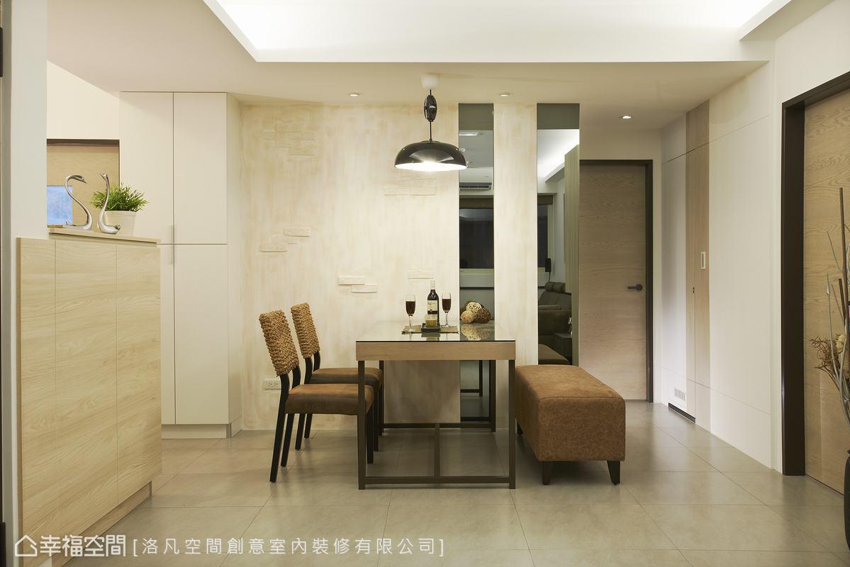 餐廳主牆採用文化石牆面,搭配灰鏡的運用,除了做為空間的視覺延伸外,也可作為外出穿衣鏡使用;餐桌旁則是以白色無壓的樣式包覆儲物櫃,讓空間有一致的視覺效果。