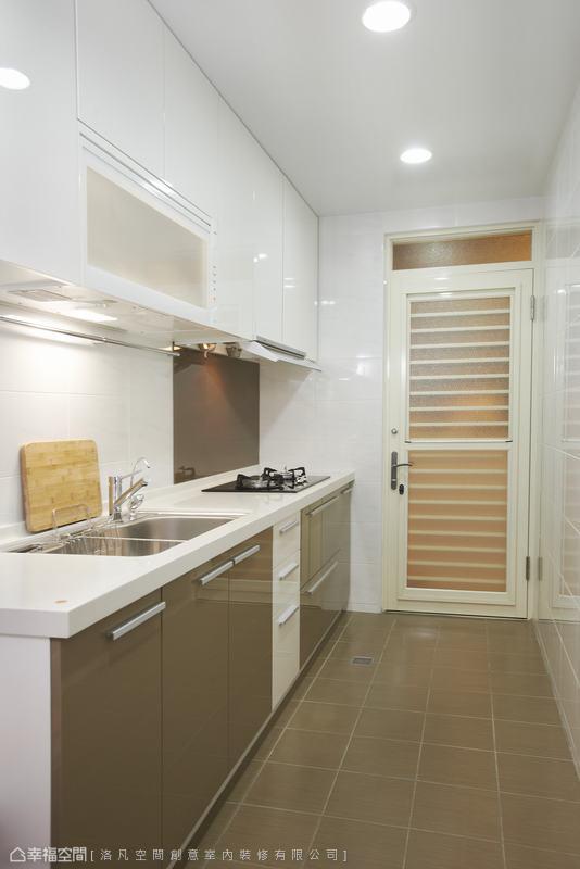 重新規劃後設計師以整合的咖啡色系作為顏色主軸,從磁磚、防油污的烤漆玻璃讓廚房乾淨好整理。