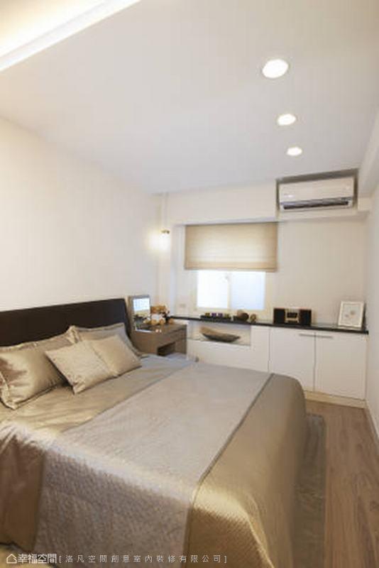 主臥室同樣遇到公寓格局先天的大斜面,設計師同樣以展示與收納櫃拉平還原方正的睡眠場域。