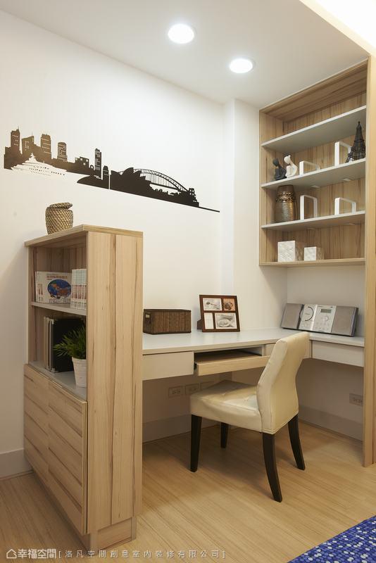 因格局關係讓男孩房有門對衛浴門的疑慮,因此特地規畫一個半高屏風阻擋穢氣,同時也圍劃出L型書桌場域,而不落地的半吊式書櫃讓桌面更寬裕。