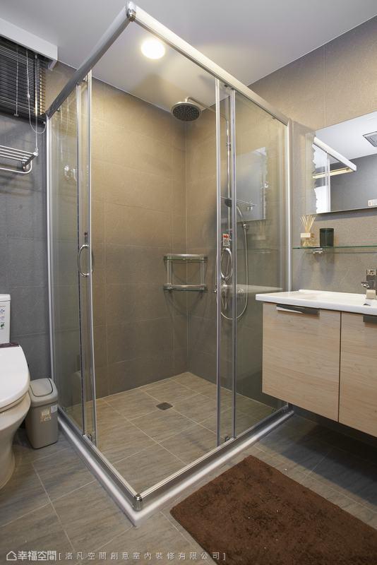 原本並排規劃的四件式衛浴空間讓空間感覺特別狹小,重新規劃後屏除浴缸的放置,改以L型讓動線不擁擠。