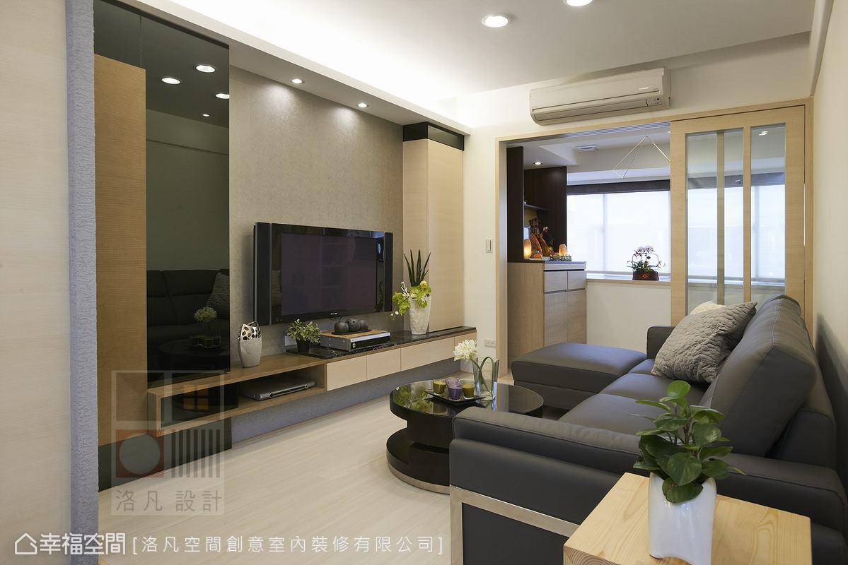 傳統佛堂佔去過多空間,設計師規劃兩層式佛桌,把寬度變成高度作垂直利用,減少空間浪費,而在天花板也設有抽風機,排除佛堂煙霧。