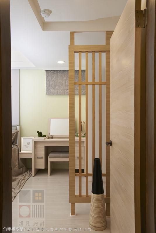 格柵塑造出臥房的玄關意象,使場域轉換有了緩衝段落。