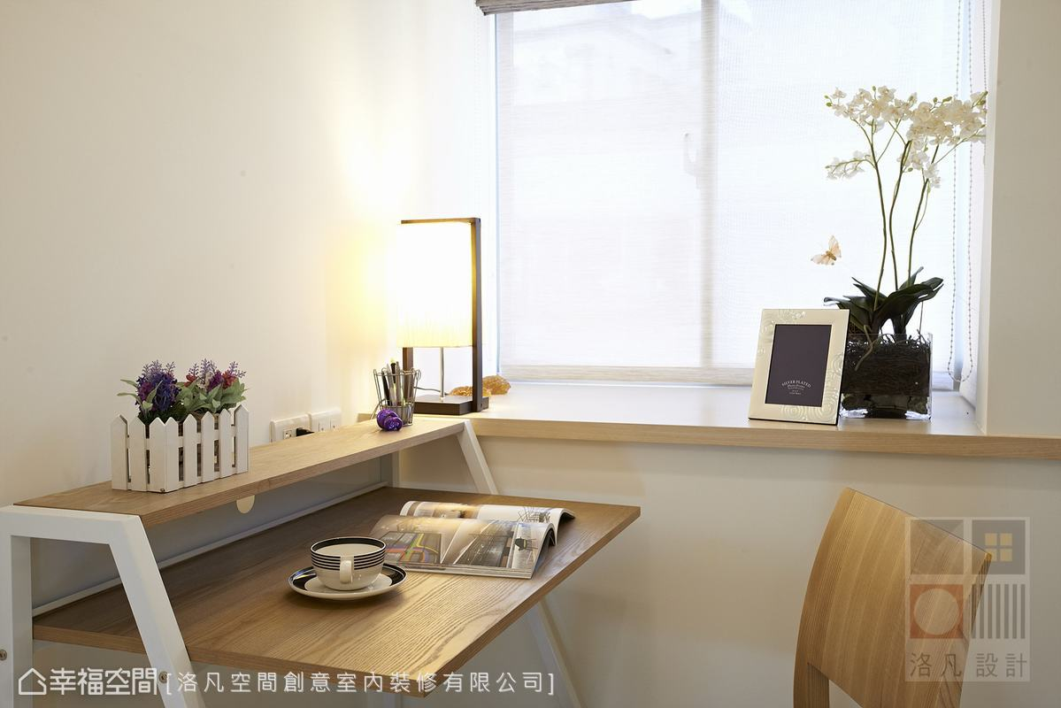 書桌不僅外觀設計獨特,也充分利用增加了雙層使用空間,方便小孩閱讀及擺放飾品。