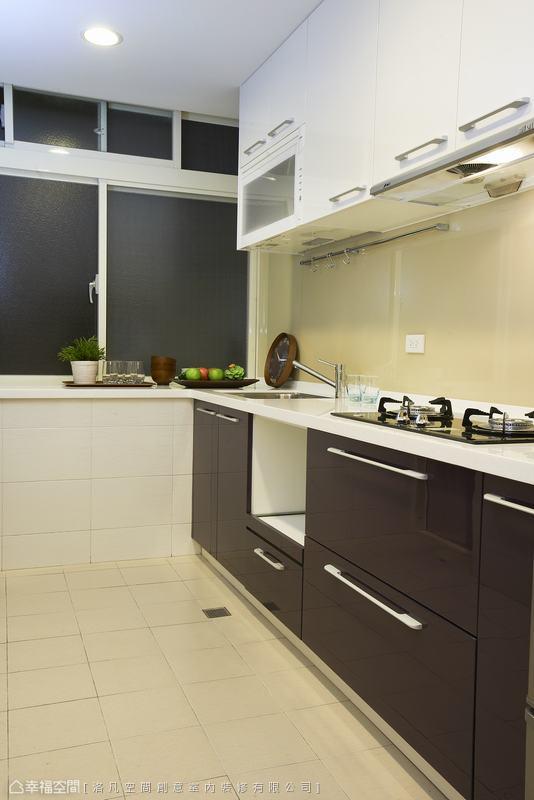 一字型的廚具配置,兼顧操作環境與動線行進。
