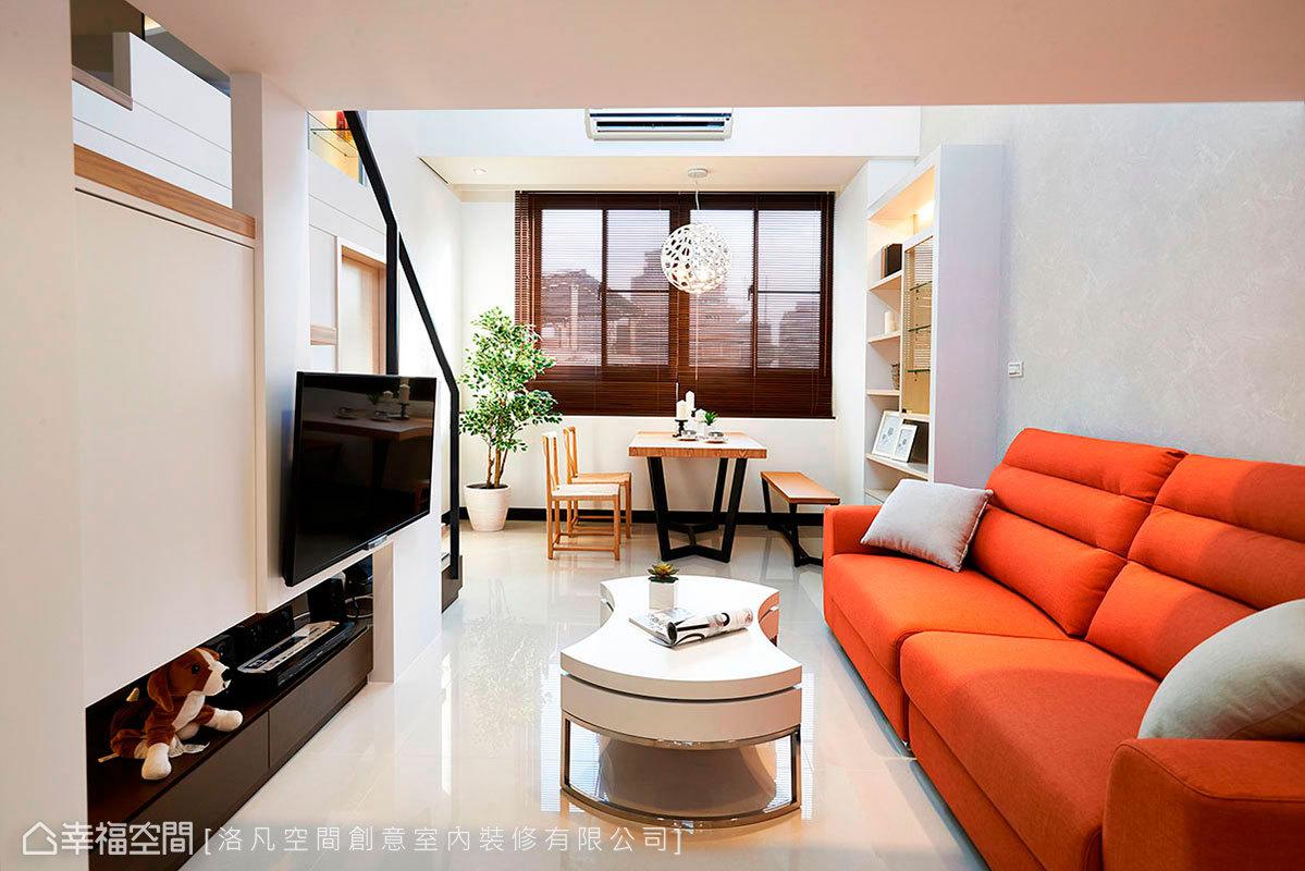 賦予簡約的風格基調,客廳的跳色沙發,自然成為視覺上的一大亮點。