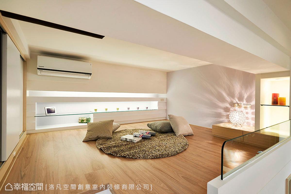 多功能空間兼具客房用途,簡單清爽的設計中,也不忘沿著三面布局實用機能。