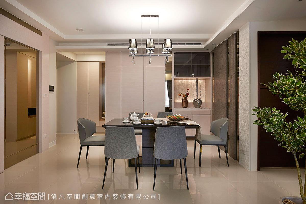 玄關入室後來到餐廳,藉由不同材質立面收攏機能,透亮水晶吊燈從天而降,增添一絲奢華氛圍。