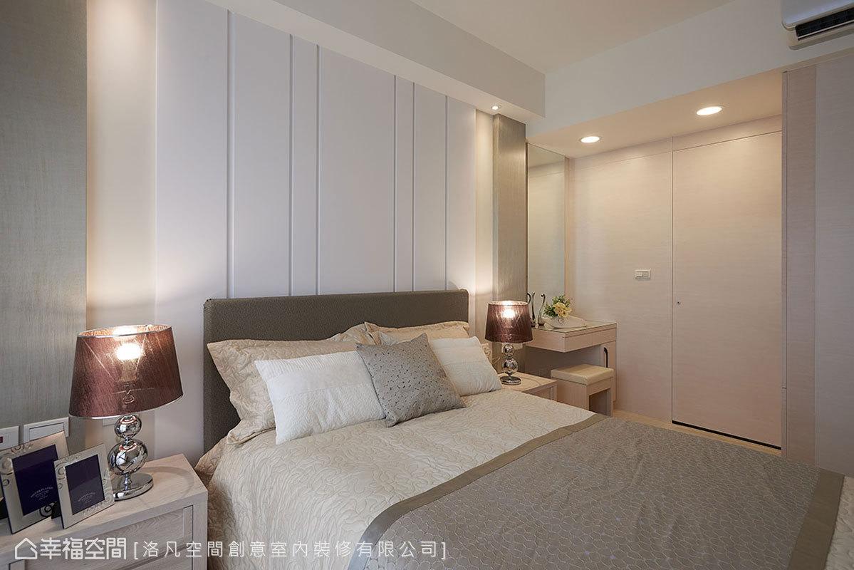 以床頭板讓床位避開樑下空間,化解床壓樑的風水問題;結合溝縫手法提升立體感,形成疏密有致的線條造型。