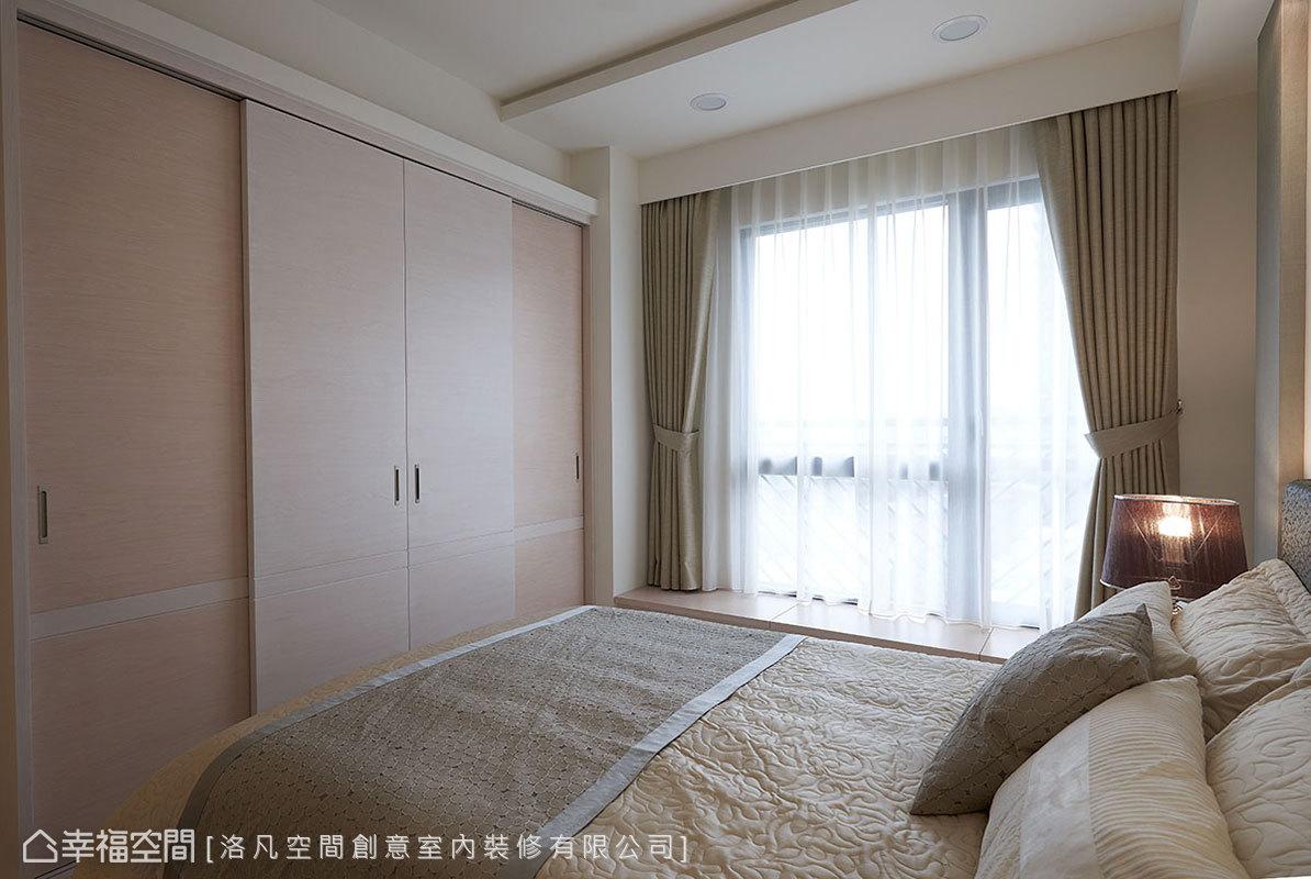 衣櫃考量門的開啟方式設置拉門,避免佔用到其他空間;沿著低窗規劃休閒臥榻區,下方還擁有收納機能。