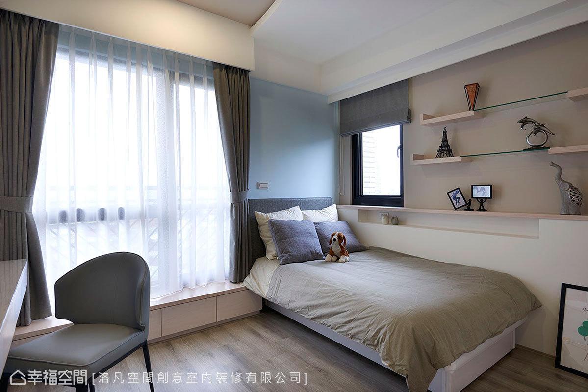 設置窗台板進行封窗,遮蔽睡床旁落地窗增加穩定性;上方形成開放的展示平台,可以擺放相框記錄生活點滴。