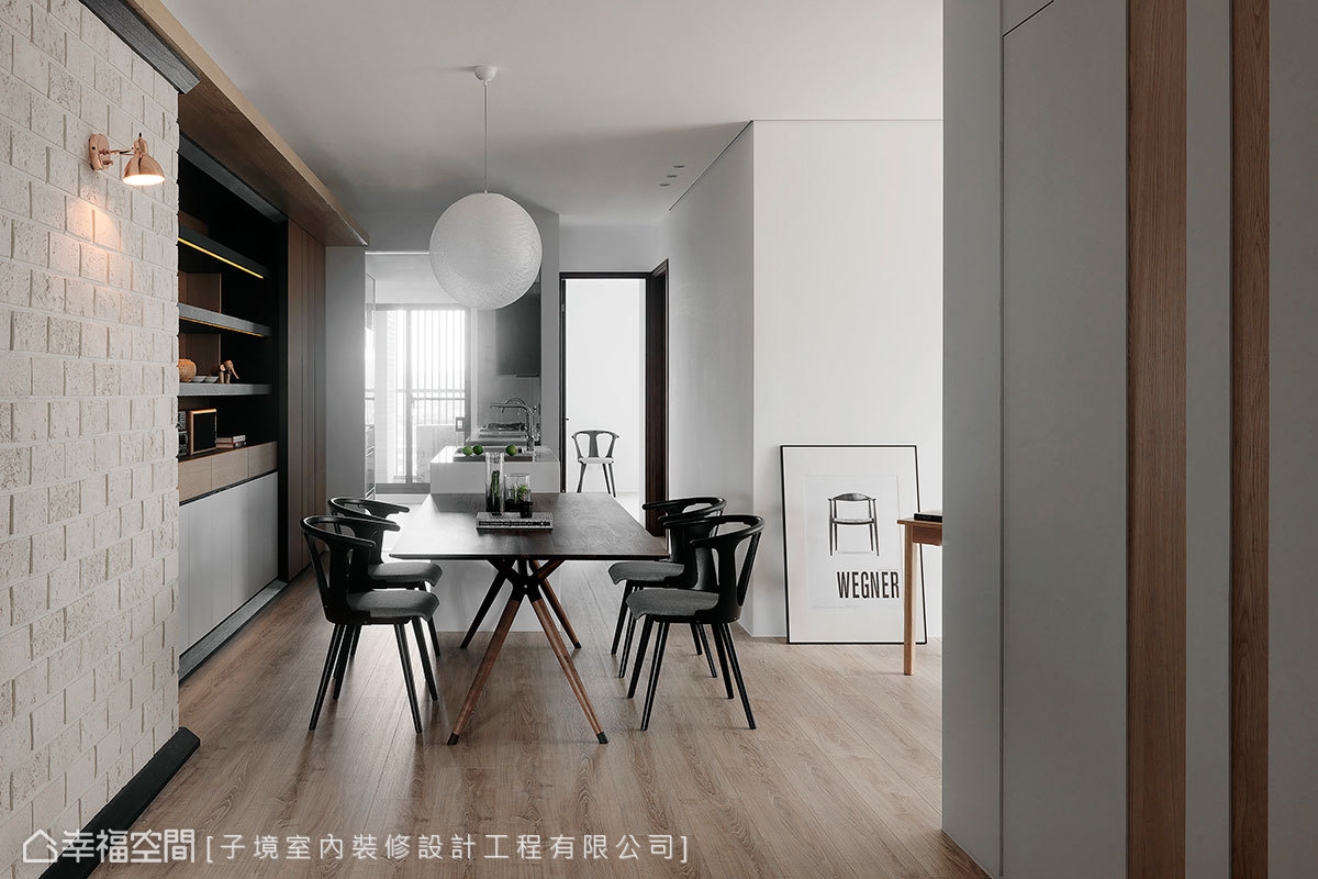 緊連的中島和餐桌創造出輕食區段落,結合廚房的熱炒區,形成舒適愜意的用餐環境。