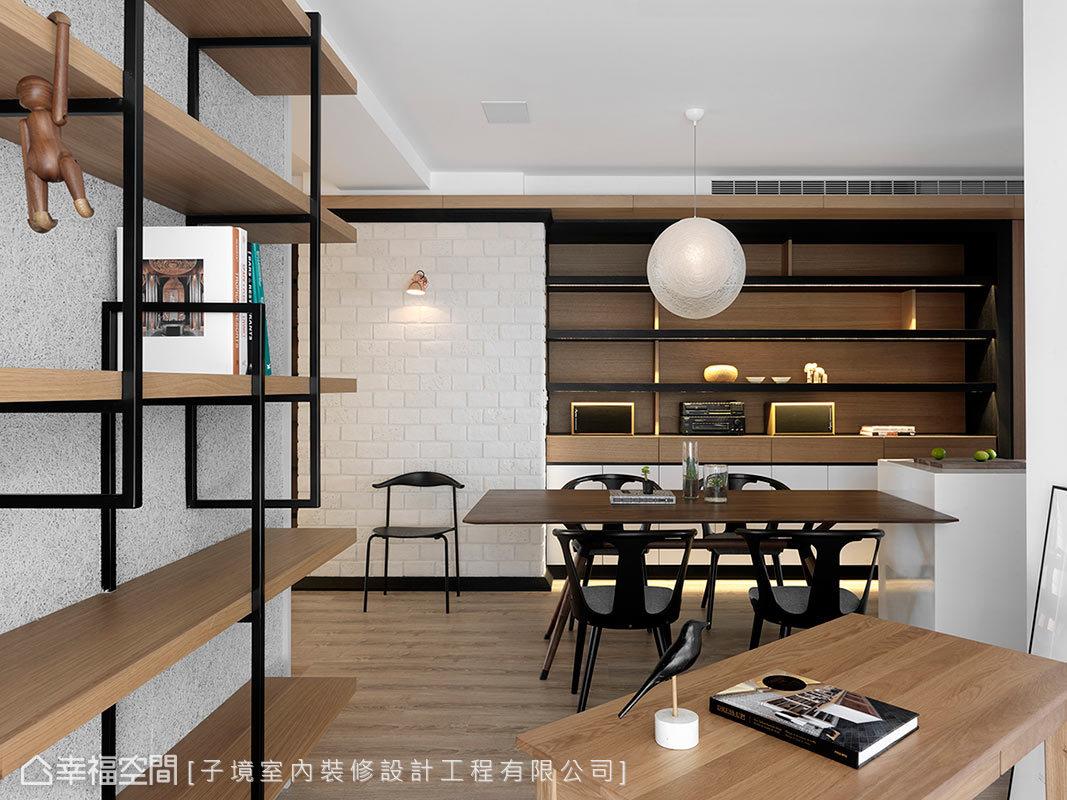 藉由隔音材質的礦纖板,讓書房壁面帶有顆粒感,結合鐵件書櫃的設置,讓空間內的牆面風格相呼應。
