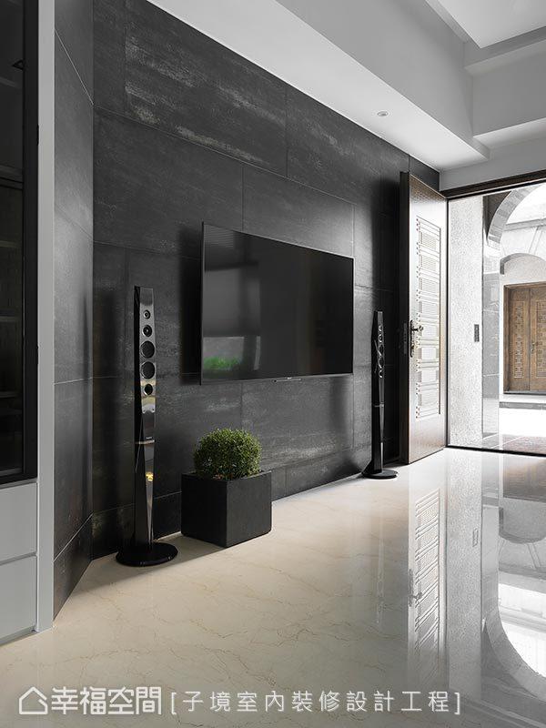 大面金屬磚電視牆,搭配拋光石英磚地材,乾淨俐落的立面,呈現大器貌。