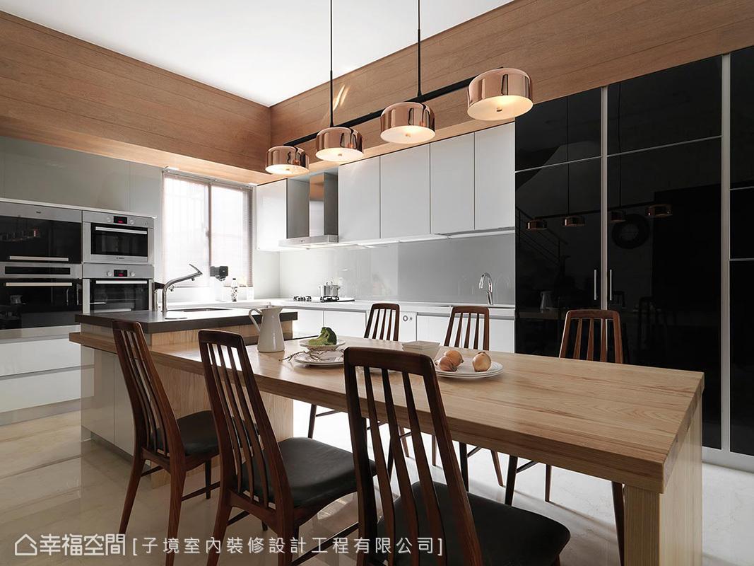 廚房使用系統櫃作全收納規劃,如烤箱、微波爐等皆入純白系統櫃中,甚至利用黑色鏡面櫃體,將身型龐大的冰箱完美隱藏。
