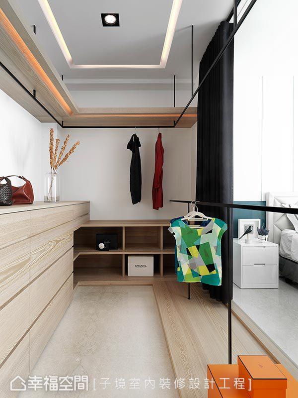 更衣間使用上下層欄杆作設計,增加衣服陳列範圍,並利用木質收納櫃體作環繞設計,供屋主多元收納機能。