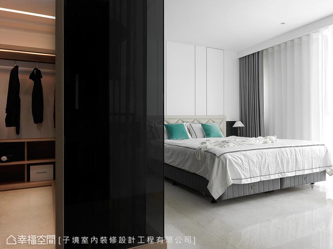 臥室與更衣室使用清玻作場域區隔,也提升了空間寬闊感,更衣室內部則加裝深色窗簾做隱私防護。