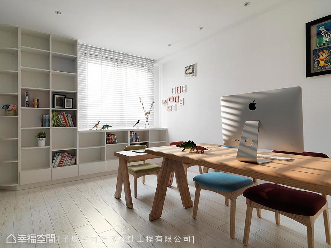 家具皆採木質系列,利用溫潤性質增加空間沉穩度,延伸至天花板的開放式櫃體,供屋主擺放書籍與展示品,良好的採光,營造清爽舒適的書房空間。