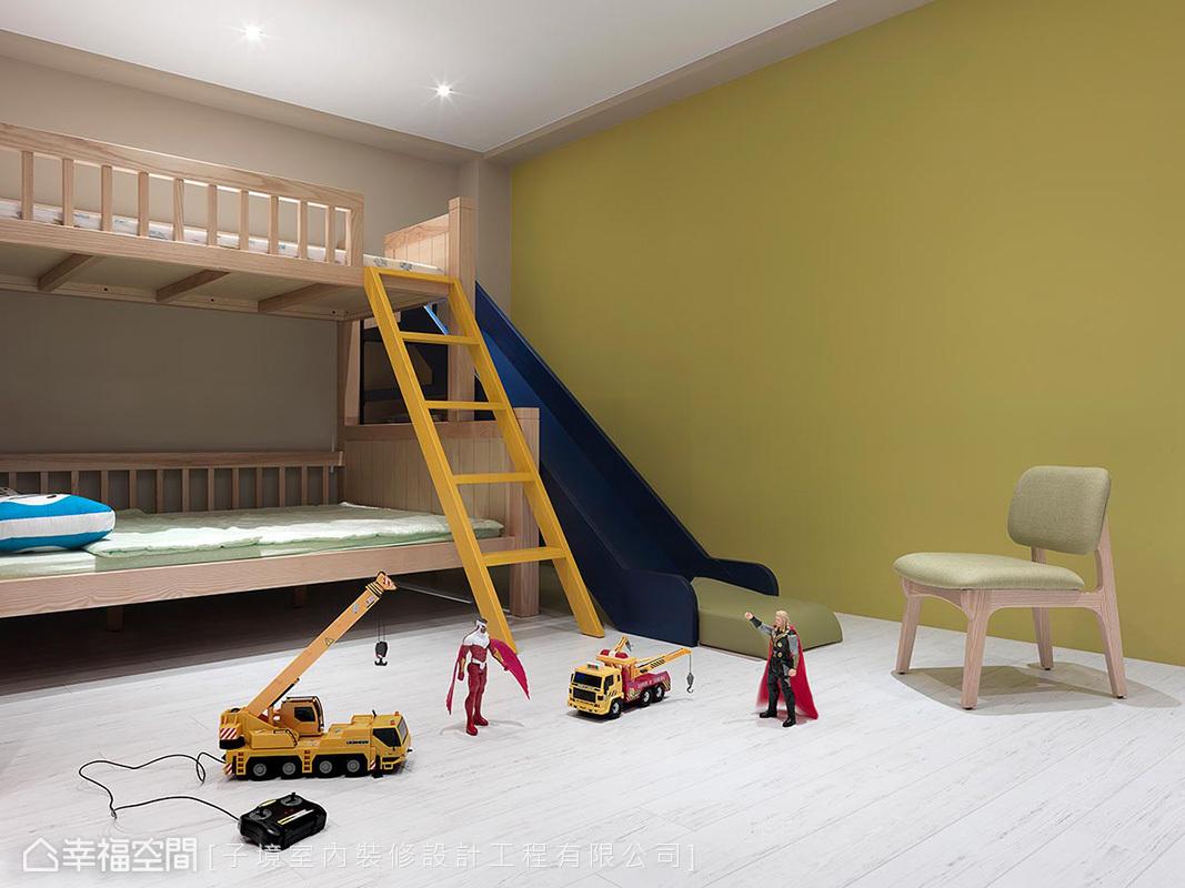 使用上下舖設計,增加空間CP值,連結一旁的溜滑梯做一體成形規劃,讓小孩對親子房愛不釋手。